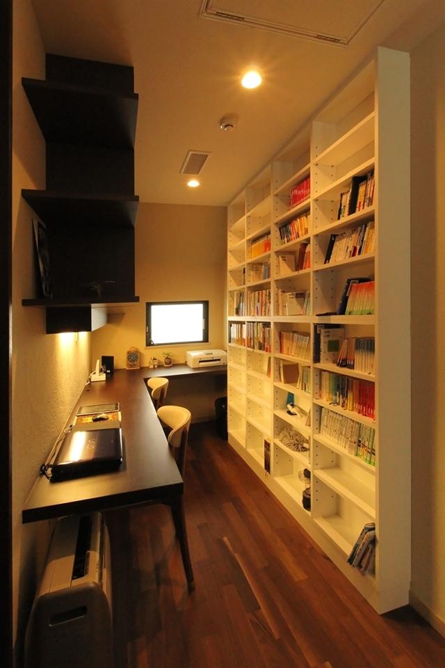石と塗り壁の家 (収納たっぷり書斎スペース)
