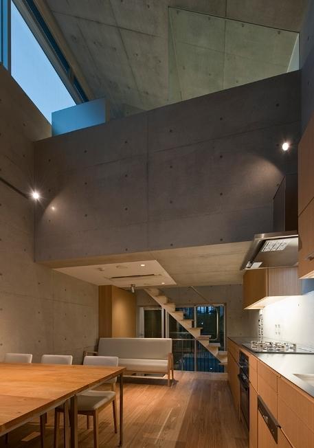 MKR [地下2階地上2階の家] 自邸の部屋 デザイン性のあるリビング(夜間)