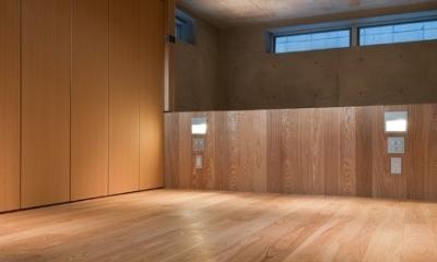 MKR [地下2階地上2階の家] 自邸 (階段上多目的スペース)
