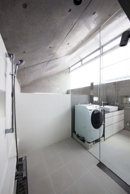 MKR [地下2階地上2階の家] 自邸の部屋 白が美しい水回りスペース