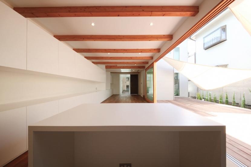SKR [北側採光の家]の部屋 主室(日中/扉開)~テラスを右手に~