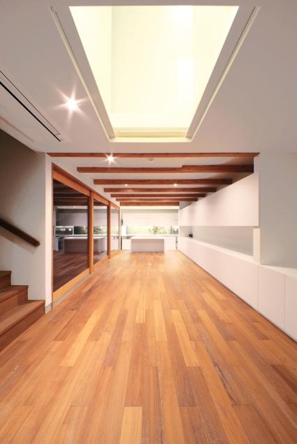 SKR [北側採光の家]の部屋 主室(夜間/扉閉)~テラスを左手に~