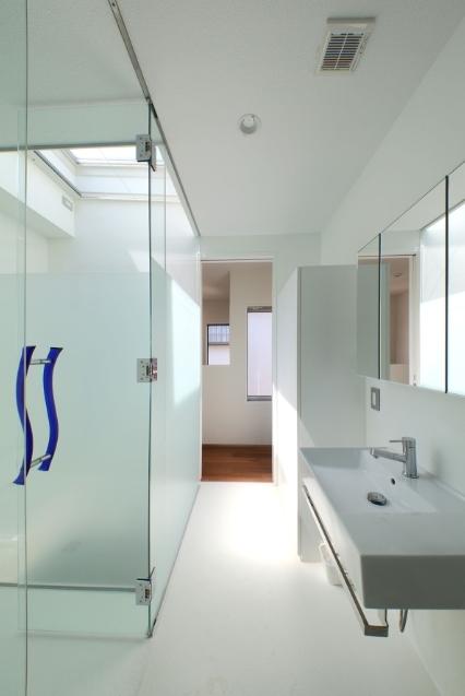 SKR [北側採光の家]の部屋 清潔感のある水回り