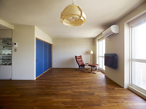 AHM 西区のマンションの部屋 ブルーがアクセント リビング