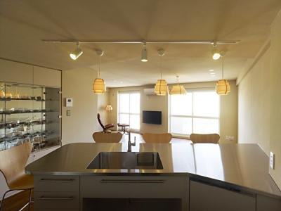 AHM 西区のマンション (キッチンから見るリビングダイニング)