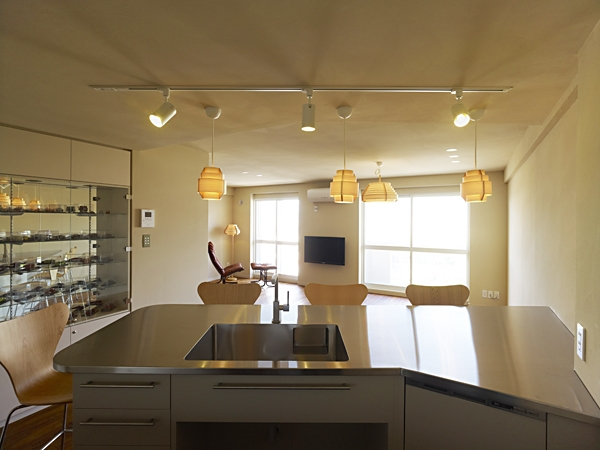 AHM 西区のマンションの写真 キッチンから見るリビングダイニング