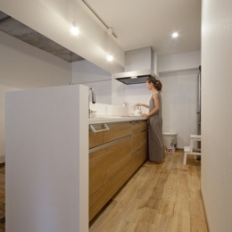 無垢フローリングって足ざわりが気持ち良い。モルタル仕上げのヴィンテージマンション リノベーション (キッチン)