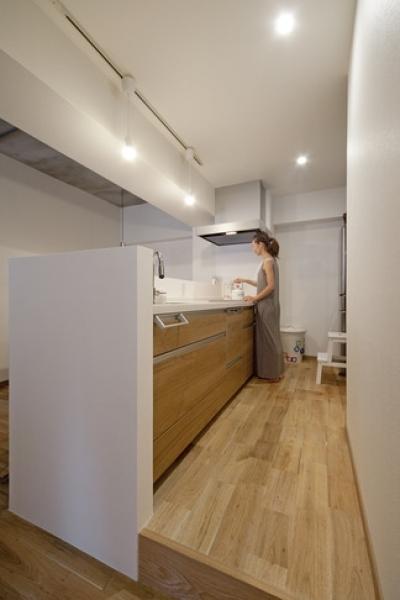 キッチン (無垢フローリングって足ざわりが気持ち良い。モルタル仕上げのヴィンテージマンション リノベーション)