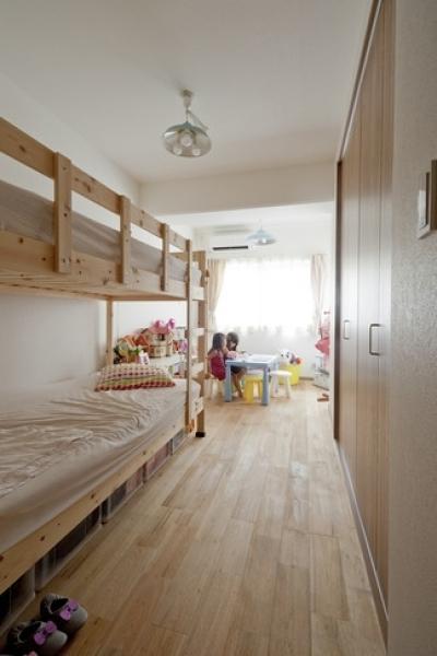 子供部屋 (無垢フローリングって足ざわりが気持ち良い。モルタル仕上げのヴィンテージマンション リノベーション)