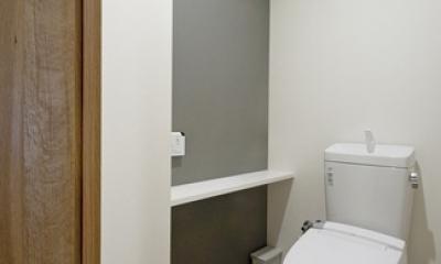 無垢フローリングって足ざわりが気持ち良い。モルタル仕上げのヴィンテージマンション リノベーション (トイレ)