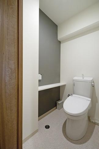 無垢フローリングって足ざわりが気持ち良い。モルタル仕上げのヴィンテージマンション リノベーションの部屋 トイレ