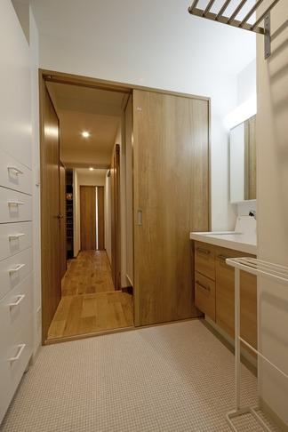 無垢フローリングって足ざわりが気持ち良い。モルタル仕上げのヴィンテージマンション リノベーションの部屋 洗面・脱衣所