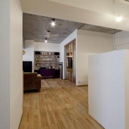 無垢フローリングって足ざわりが気持ち良い。モルタル仕上げのヴィンテージマンション リノベーション (廊下2)
