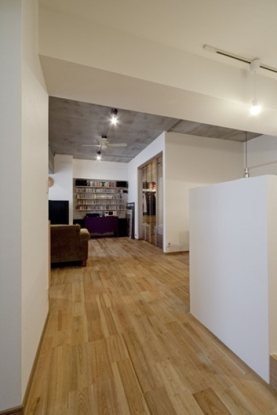 廊下2 (無垢フローリングって足ざわりが気持ち良い。モルタル仕上げのヴィンテージマンション リノベーション)