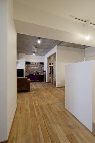 無垢フローリングって足ざわりが気持ち良い。モルタル仕上げのヴィンテージマンション リノベーションの部屋 廊下2
