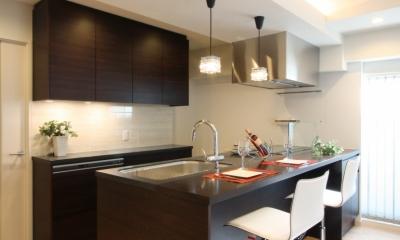 エッグチェアが映えるくつろぎの空間 (キッチン)