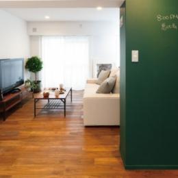 グリーンカラーがお気に入り。団地タイプ間取りを広々とした空間へ-黒板とリビング