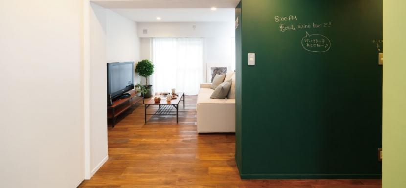 グリーンカラーがお気に入り。団地タイプ間取りを広々とした空間へ (黒板とリビング)