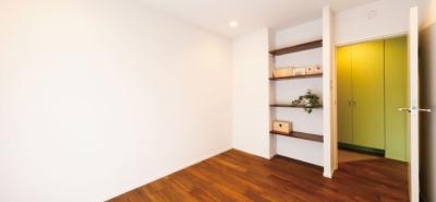 アクセントカラーのきいたベッドルーム (グリーンカラーがお気に入り。団地タイプ間取りを広々とした空間へ)