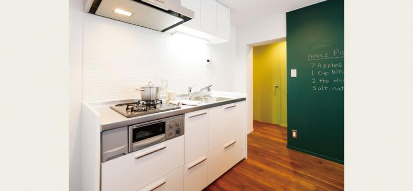 グリーンカラーがお気に入り。団地タイプ間取りを広々とした空間へ (シンプルホワイトキッチン)