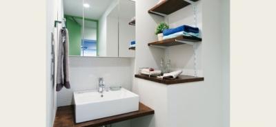 洗面所周辺 (グリーンカラーがお気に入り。団地タイプ間取りを広々とした空間へ)