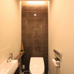 エッグチェアが映えるくつろぎの空間 (トイレ)