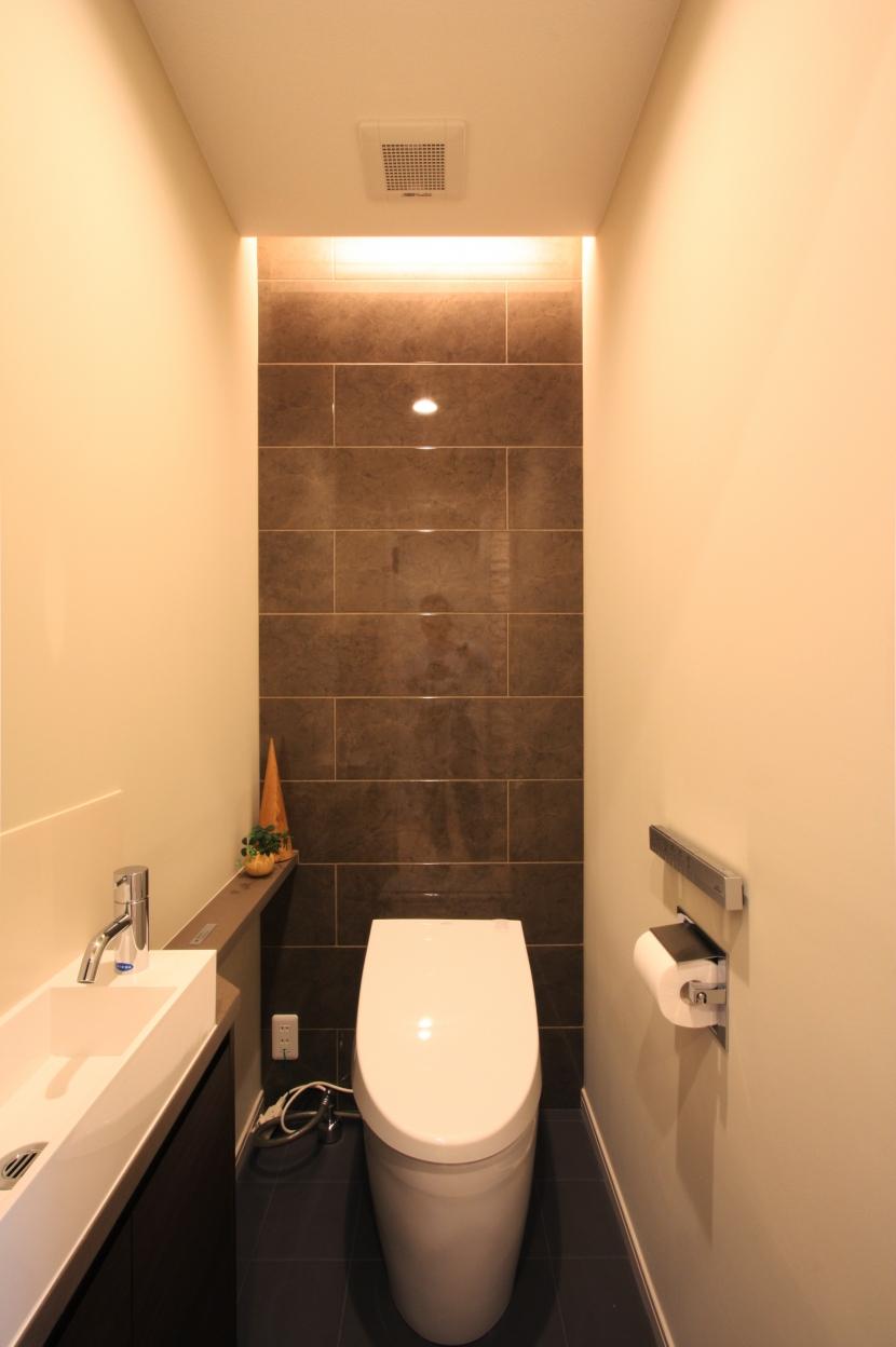 エッグチェアが映えるくつろぎの空間の部屋 トイレ