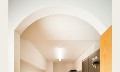 住み心地も、こだわりの家具に合うデザインも大切に考えた住まい。 (アーチづくりの入口)