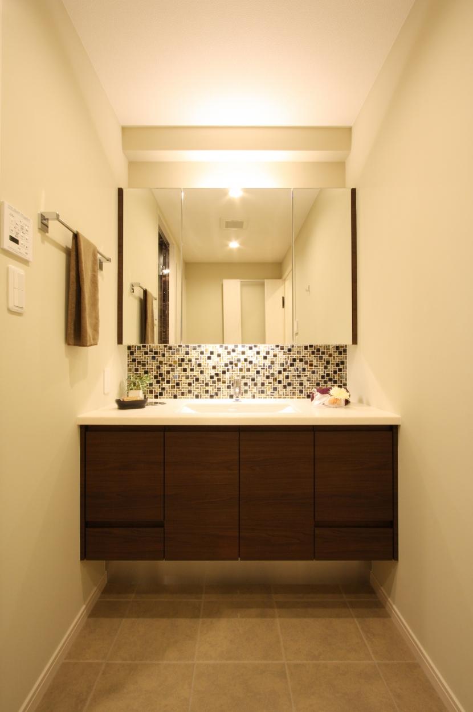 エッグチェアが映えるくつろぎの空間の部屋 洗面