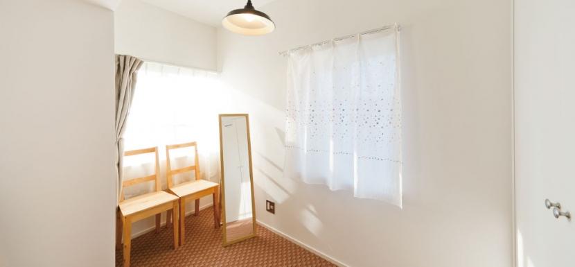 住み心地も、こだわりの家具に合うデザインも大切に考えた住まい。の写真 寝室奥スペース