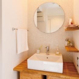 住み心地も、こだわりの家具に合うデザインも大切に考えた住まい。 (洗面所)
