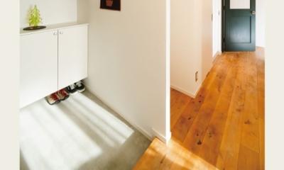 住み心地も、こだわりの家具に合うデザインも大切に考えた住まい。 (広々玄関スペース)
