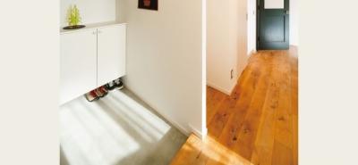 広々玄関スペース (住み心地も、こだわりの家具に合うデザインも大切に考えた住まい。)