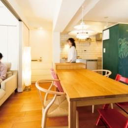 キッチンには黒板塗装の壁を。家族が楽しくつながることを大切に (リビングダイニング)
