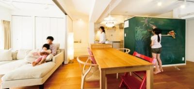 リビングダイニング (キッチンには黒板塗装の壁を。家族が楽しくつながることを大切に)