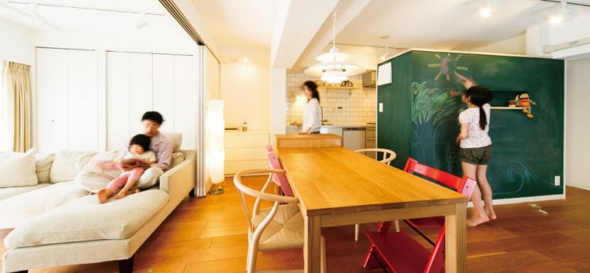インテリックス空間設計「キッチンには黒板塗装の壁を。家族が楽しくつながることを大切に」
