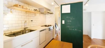 キッチンには黒板塗装の壁を。家族が楽しくつながることを大切に (黒板壁のあるキッチン)