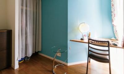 キッチンには黒板塗装の壁を。家族が楽しくつながることを大切に (寝室)