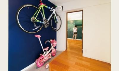 キッチンには黒板塗装の壁を。家族が楽しくつながることを大切に (玄関スペース)