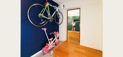 玄関スペース (キッチンには黒板塗装の壁を。家族が楽しくつながることを大切に)