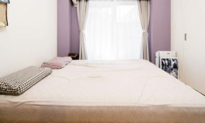 薄紫の色彩の綺麗なベッドルーム|リビングを中心につながる住まい。ナチュラルテイストがお気に入り