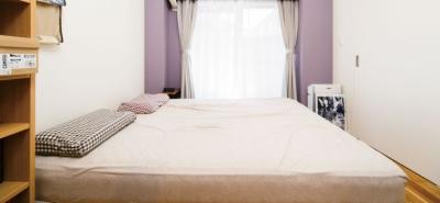 薄紫の色彩の綺麗なベッドルーム (リビングを中心につながる住まい。ナチュラルテイストがお気に入り)