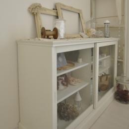 シンプルな見せる収納家具 (白を基調としたカフェキッチン)