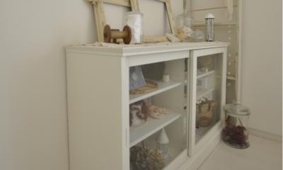 白を基調としたカフェキッチン (シンプルな見せる収納家具)