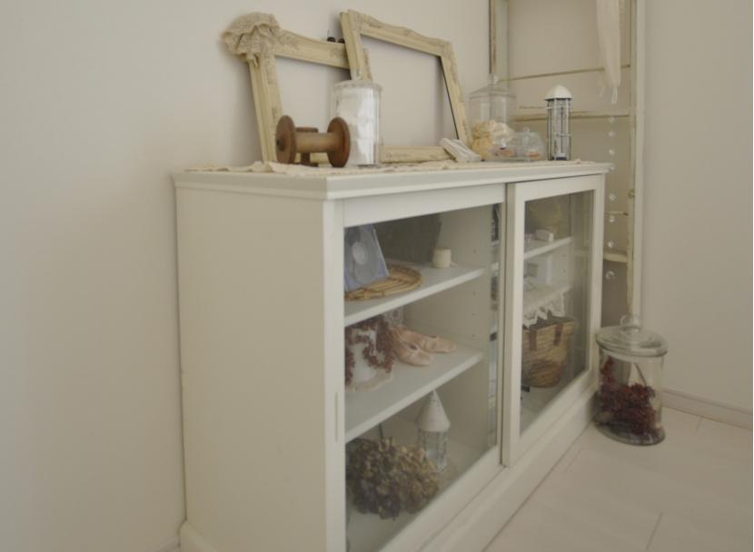 白を基調としたカフェキッチンの部屋 シンプルな見せる収納家具