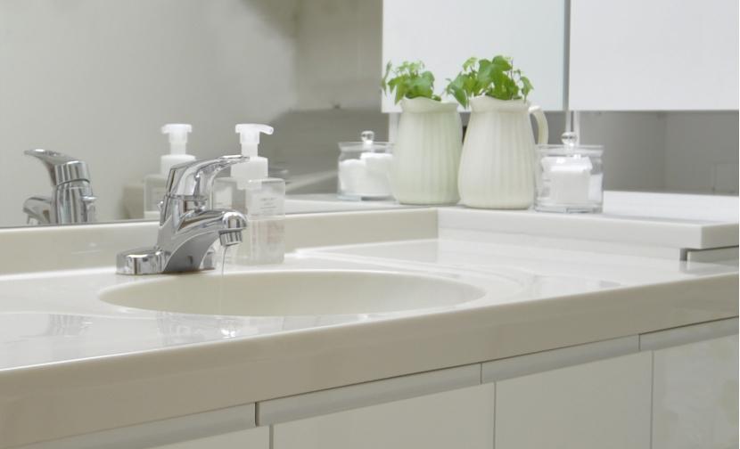 白を基調としたカフェキッチンの部屋 清潔感漂う洗面所