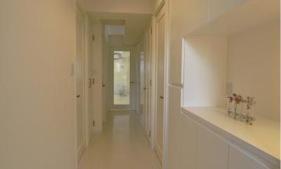 白を基調としたカフェキッチン (玄関からの廊下)