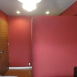 赤いベッドルームの写真 赤いベッドルーム 入口側