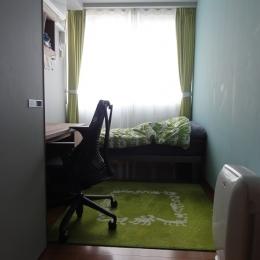 赤いベッドルームの部屋 グリーンな書斎