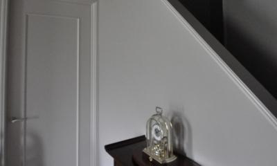 パウダールームのある家 (階段下ホール)